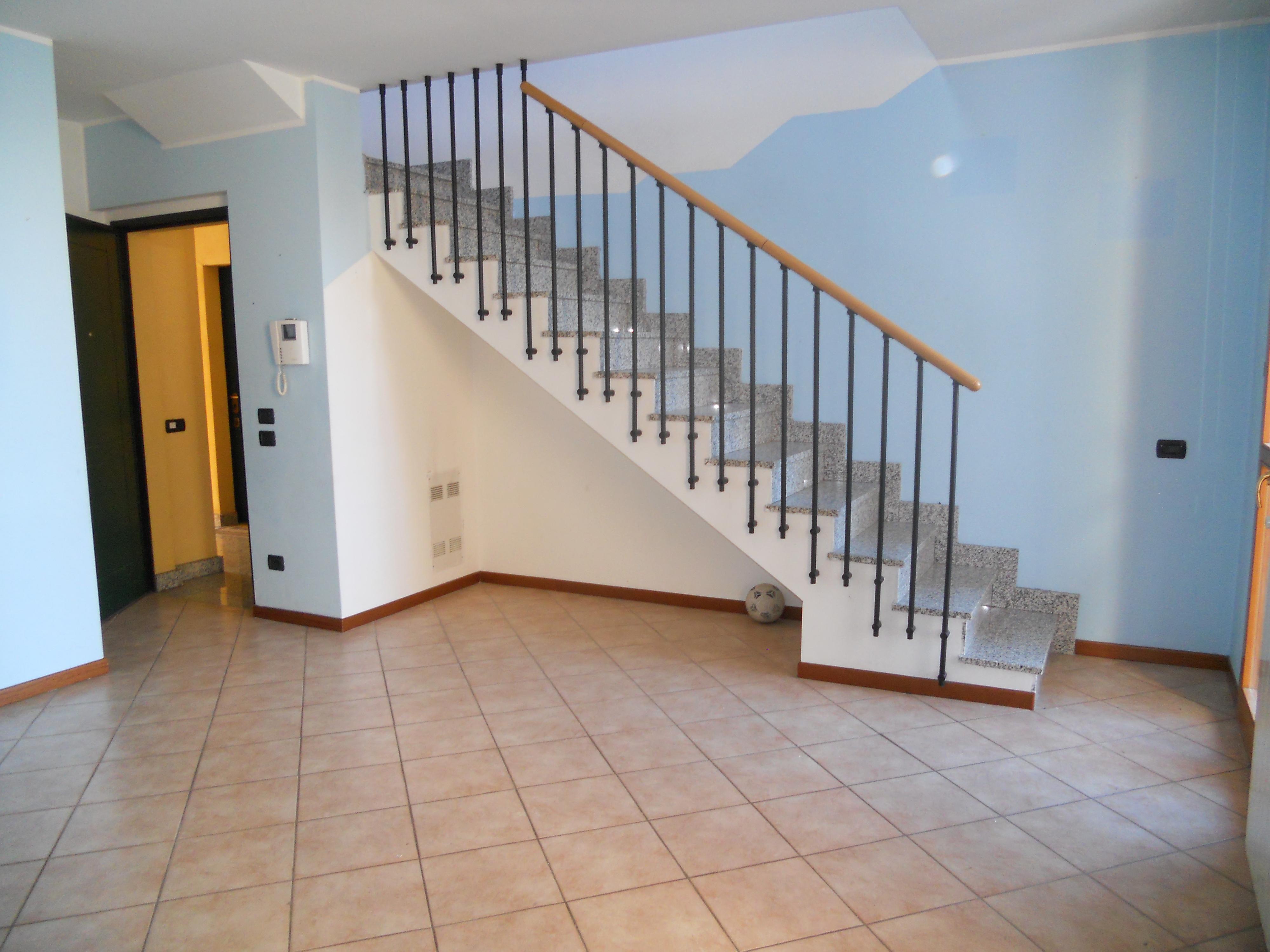 Bilocale su due livelli immobiliare valenti for Seminterrato su due livelli